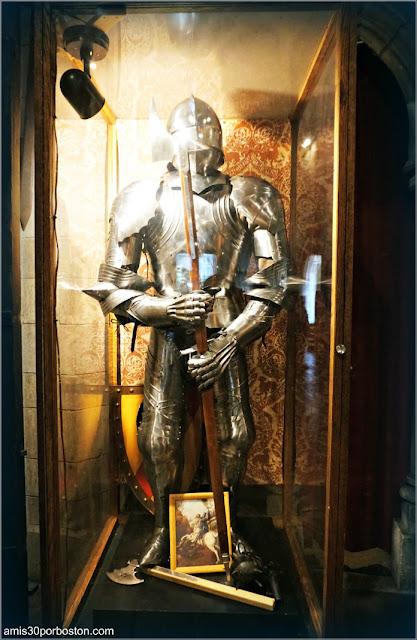 Réplica de Armadura Medieval en el Great Hall del Castillo Hammond, Gloucester
