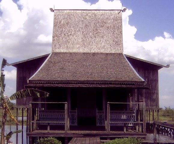 Rumah Adat Bubungan Tinggi Asal Provinsi Kalimantan Selatan