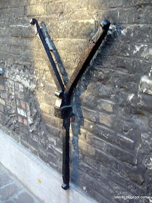 Железяка на стене в Брюгге