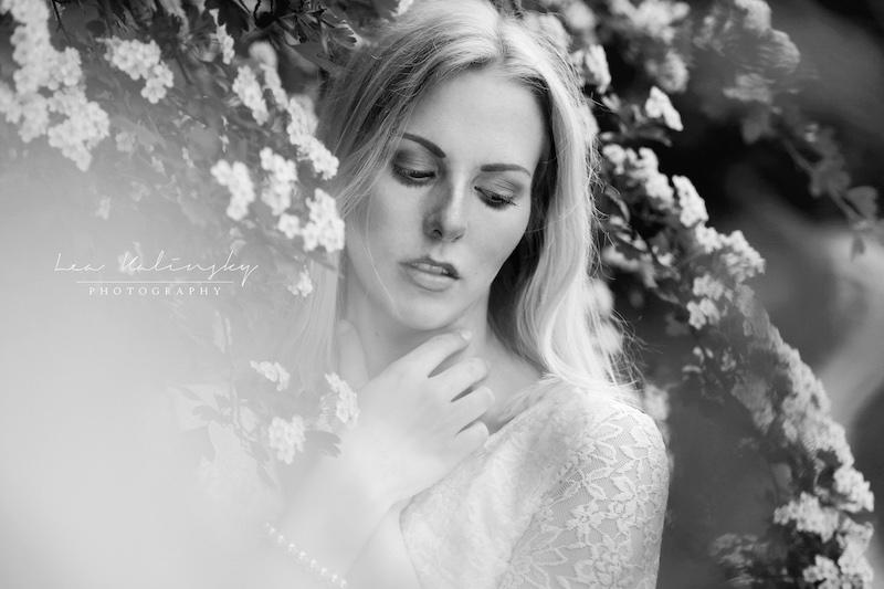 emotionales Portrait mit Blumen schwarz weiß