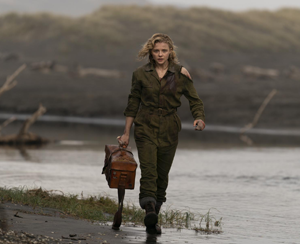 Chloë Grace Moretz vestida de piloto militar