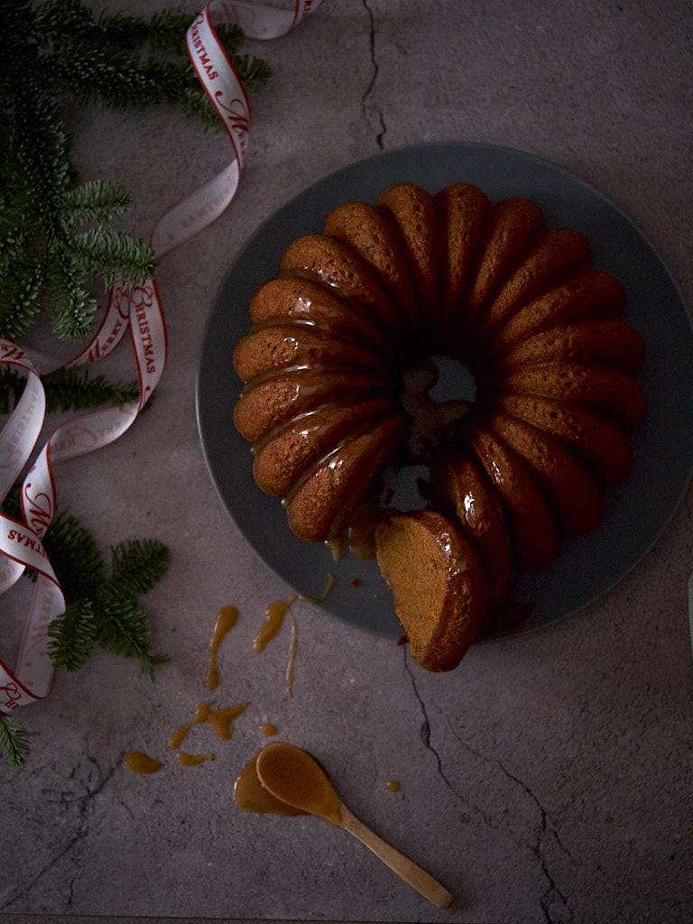 Bundt cake Gingerbread con salsa de caramelo
