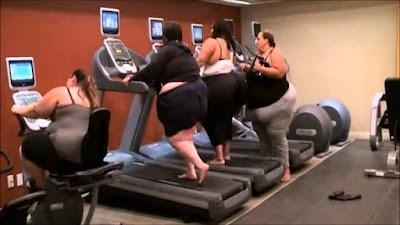 Dicke Frauen auf dem Laufband