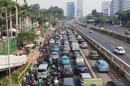 Ada Demo, Lalu Lintas di Depan DPR Macet