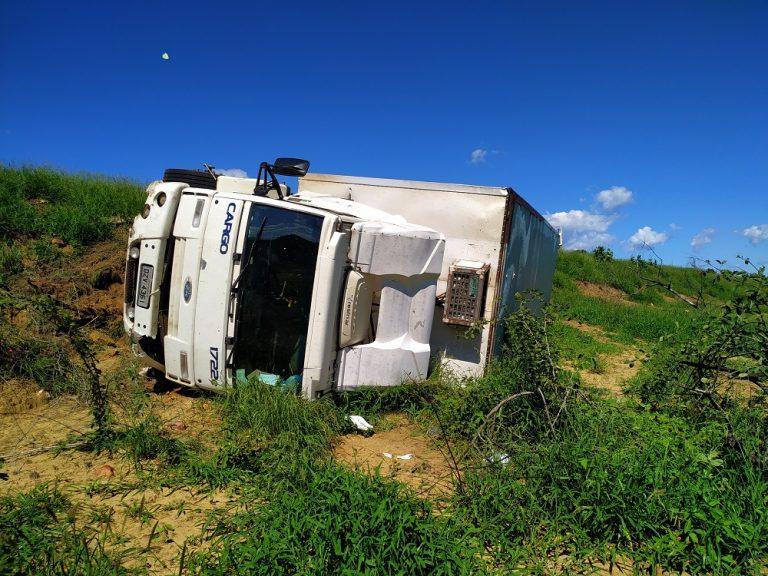 Caminhão-baú tomba na BR-242 próximo a Ibotirama-BA