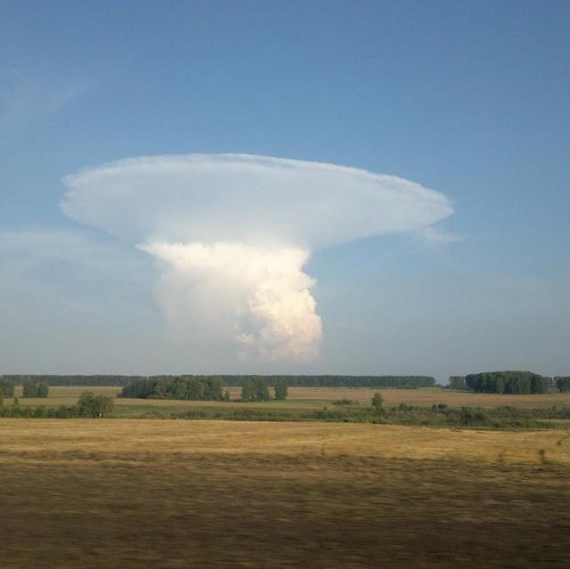Penampakan Awan berbentuk Jamur, Apakah Ini Awan Nuklir?