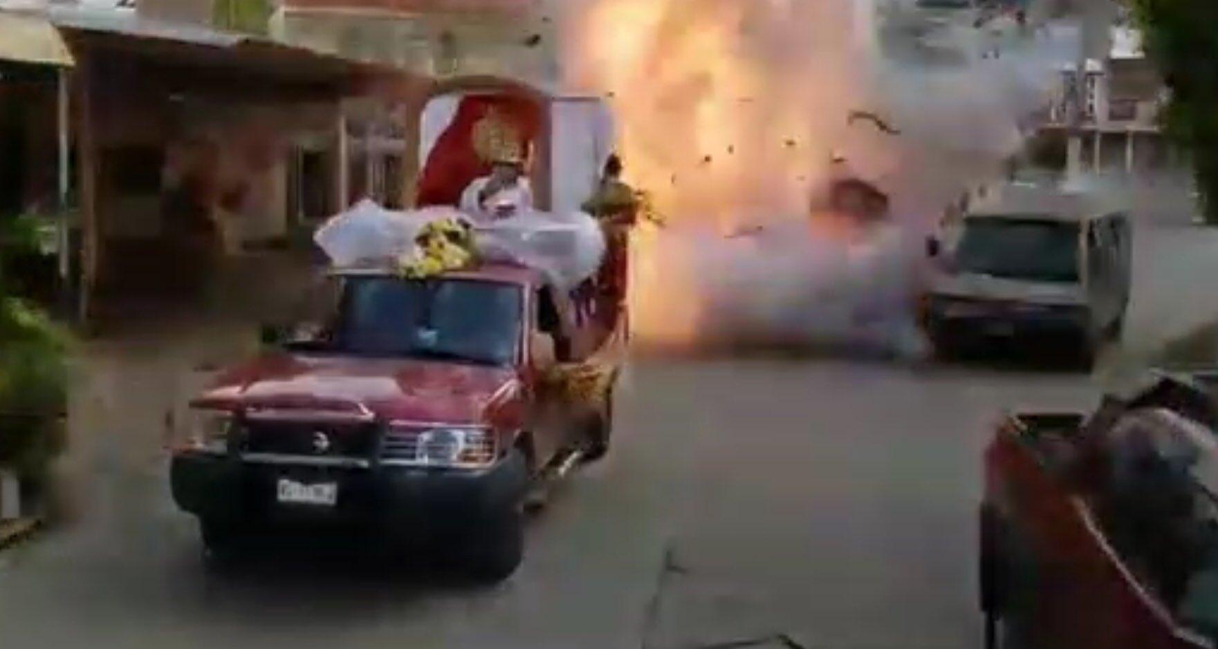 Video en Macuspana;Tabasco, por ir tronando cohetes en una procesión les estalló todo el cargamento, hay un muerto y 1 niño herido