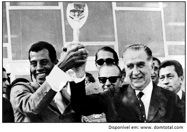 Carlos Alberto Torres (capitão) levanta a taça junto ao Presidente Médici (1969-1974)