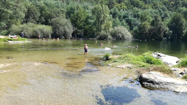 Veraneantes a tomar banho na praia fluvial de Verim