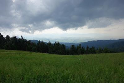 Nisko zawieszone chmury deszczowe,w oddali słoneczna Kotlina Nowotarska