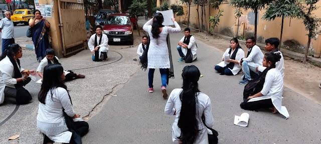 পথনাটিকায় মানবাধিকারের কথা তুলে ধরল কলকাতা বিশ্ববিদ্যালয়ের পড়ুয়ারা