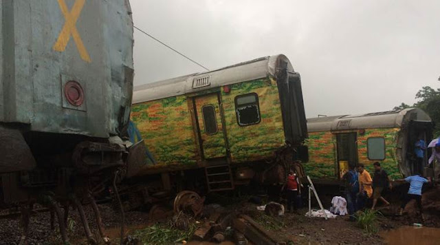 Nagpur-Mumbai Duronto Express, nagpur mumbai train derailed, duronto express, Duranto Express Derailment, nagpur mumbai duronto derails, train accident, duranto accident, nagpur mumbai duranto express, nagpur mumbai train derails, indian express news Nine coaches of Nagpur-Mumbai Duronto Express derailed