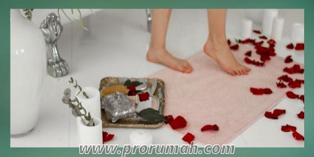 cara menata dekorasi kamar mandi - menambahkan keset kaki