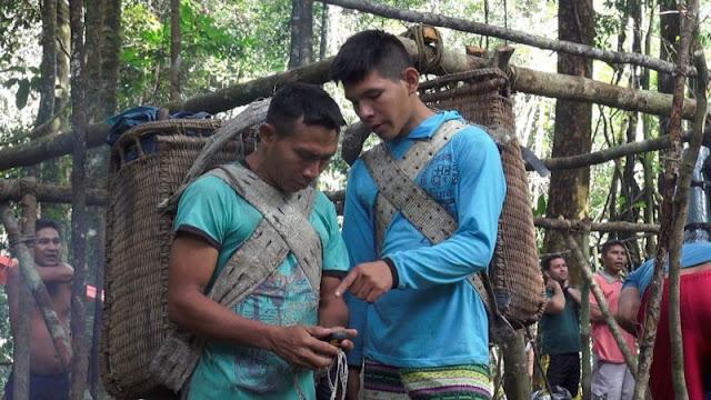 O projeto Ecoturismo Yaripo, desenvolvido pelos Yanomami com o apoio do ISA, deve pôr um fim à restrição. A partir de 2018, a trilha deverá ser reaberta e a administrada pelos próprios Yanomami. Com acesso controlado, os turistas poderão aprender um pouco da cultura indígena, desfrutar de sua hospitalidade e se juntar na aliança em defesa dos direitos indígenas e da floresta amazônica.  Em meados de julho, foi concluída a primeira etapa do projeto: uma expedição composta por 32 pessoas caminhou durante 10 dias ao cume doYaripo, como os Yanomami chamam o Pico da Neblina, a fim de investigar e mapear as condições da trilha. Além de seu Carlos, 18 Yanomami integraram a equipe, sendo 16 rapazes e duas mulheres, Maria e Floriza. Eles estão se capacitando para fazer o monitoramento da trilha e trabalhar como guias, carregadores, cozinheiros, além de gerir empreendimento de ecoturismo que pretendem desenvolver ali. Também participaram da viagem representantes do ICMbio, Funai, Ministério Público Federal e Exército.