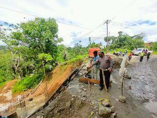 Kanit Regident Satlantas Polres Enrekang Lakukan Survey Jalan Dampak Longsor di Cendana