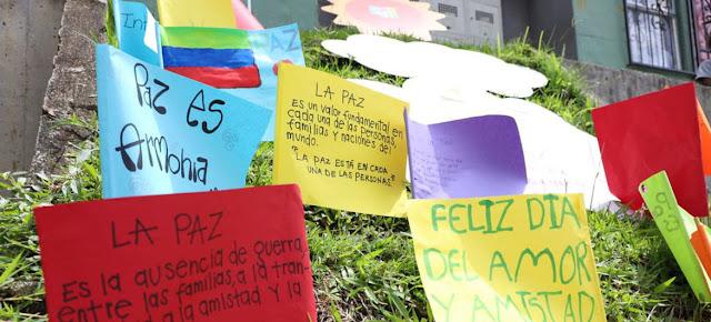 Mensajes de paz escritos por niños cuelgan en un muro de las comunas de Medellín.Misión de Verificación de la ONU