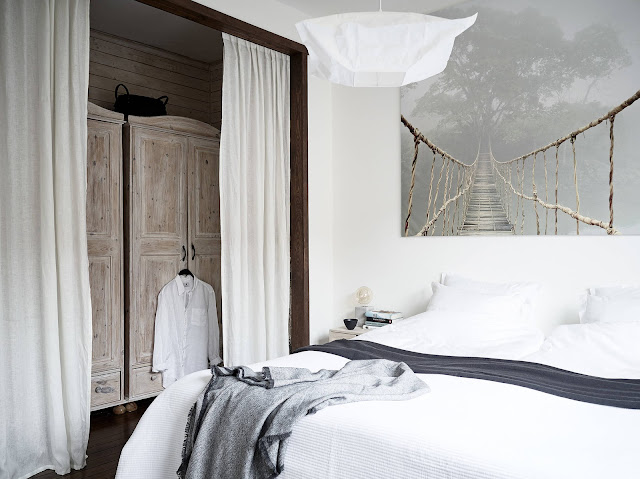 dulap in dormitor acoperit de perdea