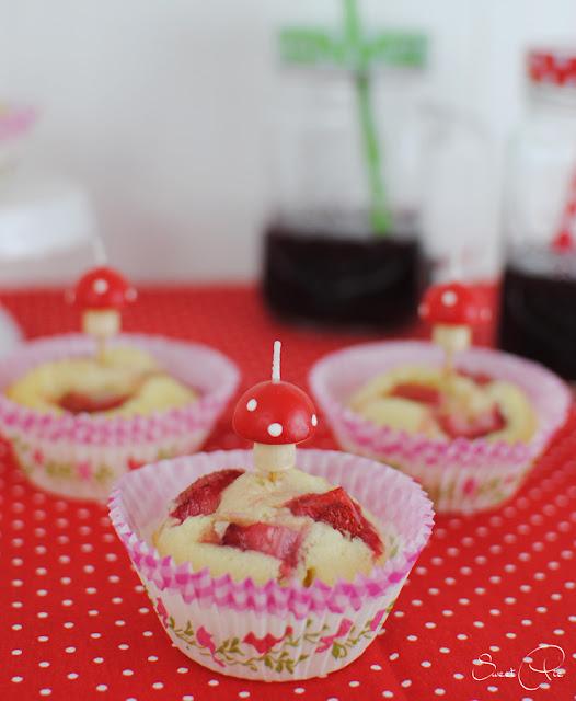 Kleine Muffins, perfekt zum Kindergeburtstag mit frischen Erdbeeren.