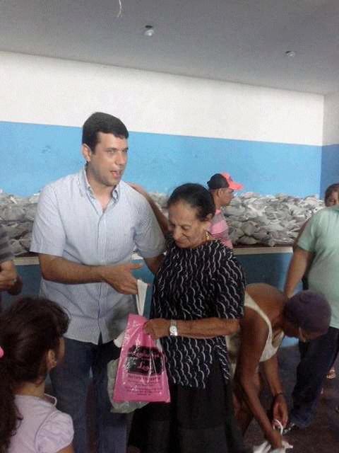 O prefeito Hugo Wanderley,  entrega 4 mil quilo de peixe as comunidade carentes de cacimbinhas.