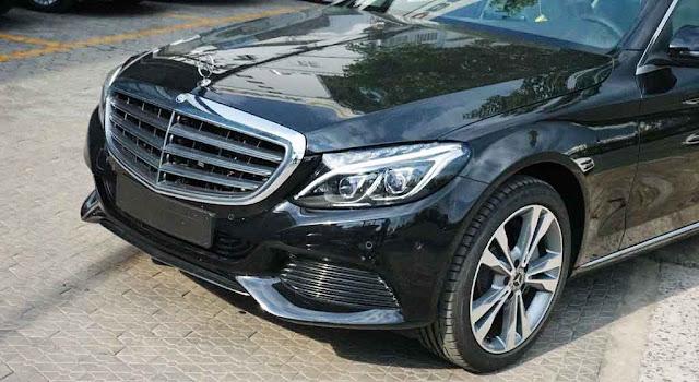 Phần đầu xe Mercedes C250 Exclusive 2017 được thiết kế theo phong cách cổ điển