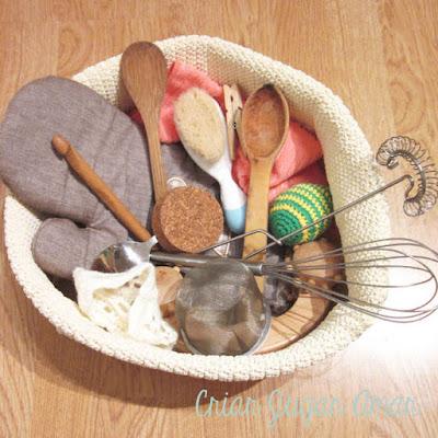 Cesto de los tesoros, actividad sensorial Montessori