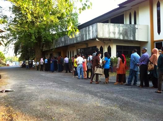 Queue at Surat Thani passport office