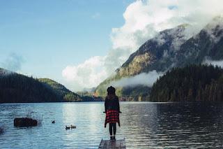 La jeune fille, le lac et la montagne