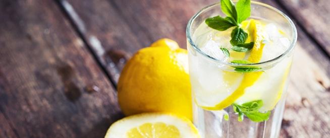 يمكن أن يتسبب الماء الساخن والليمون في سقوط أسنانك