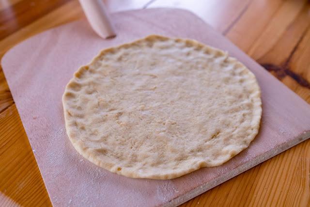 Pizzabacken im Wohnzimmer | Steinofenpizza aus dem Kaminofen mit Pizza Casa | So gelingt dir Pizza wie beim Italiener! Pizzastein-Schamott Pizzateig-Rezept 15