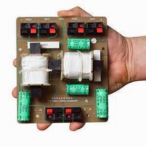 """Crossover pasif ditemukan pada """"dua arah"""" speaker yang memiliki sepasang speaker dipasang pada bingkai tunggal."""