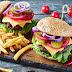 Burger facut in casa, un deliciu pentru mesele relaxate