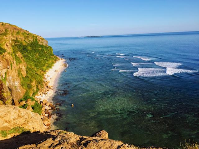 Ở một góc khác, trên đỉnh Hang Câu, du khách có thể ngắm nhìn những con sóng đuổi nhau xô bờ rất đẹp mắt.