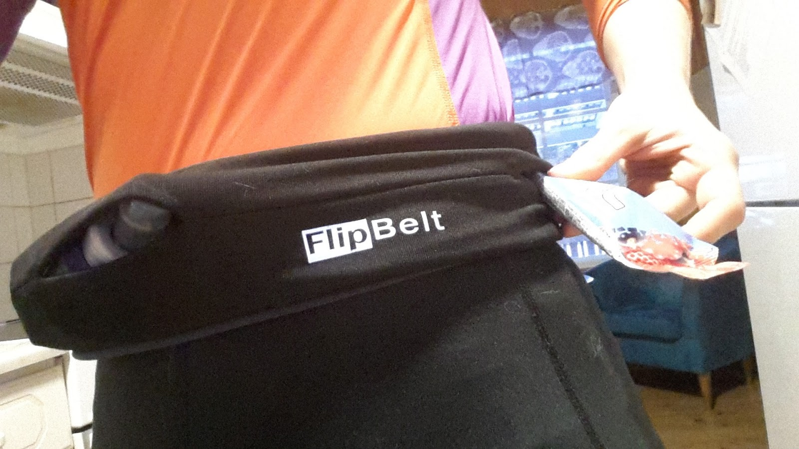Flipbelt on tuollainen vyötärömakkara joka pujotetaan päälle ylä- tai  alakautta. Se ei hölsky kuten erilaiset juomavyöt tuppaavat tekemään 67adf919ce