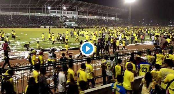 (Video) Kalah Lagi, Giliran Suporter Gresik United Masuk Lapangan