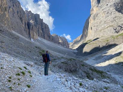 Looking up Val de Mezdi. To reach Pisciadù, turn right.