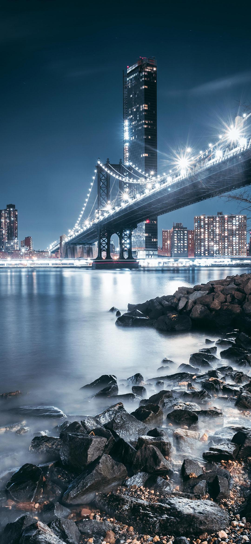 خلفية الجسر المعلق المطل على واجهة المدينة المضيئة