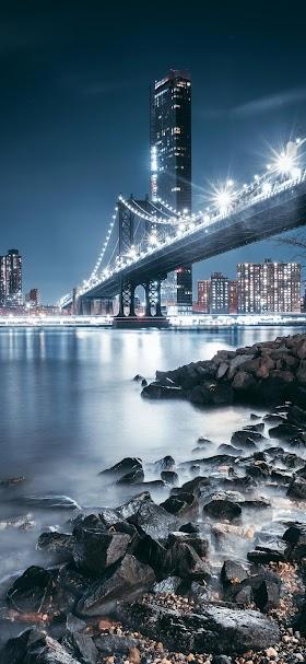 خلفية الجسر المعلق المطل على انوار المدينة وقت المساء