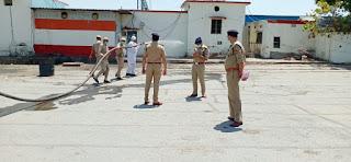 उरई रेलवे स्टेशन को फायर ब्रिगेड की सहायता से सैनेटाइज्ड किया - पुलिस अधीक्षक जालौन     Orai railway station sanitized with the help of fire brigade - Superintendent of Police Jalaun  संवाददाता, Journalist Anil Prabhakar.                 www.upviral24.in