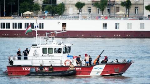 Hajóbaleset - a Szent Flórián segíti a helyszínre az úszódarut