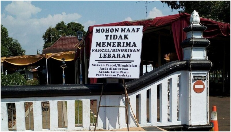 Papan pengumuman juga berada di gerbang rumah dinas