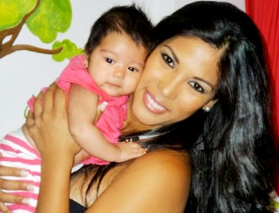 Foto de Karen Dejo feliz con su nena