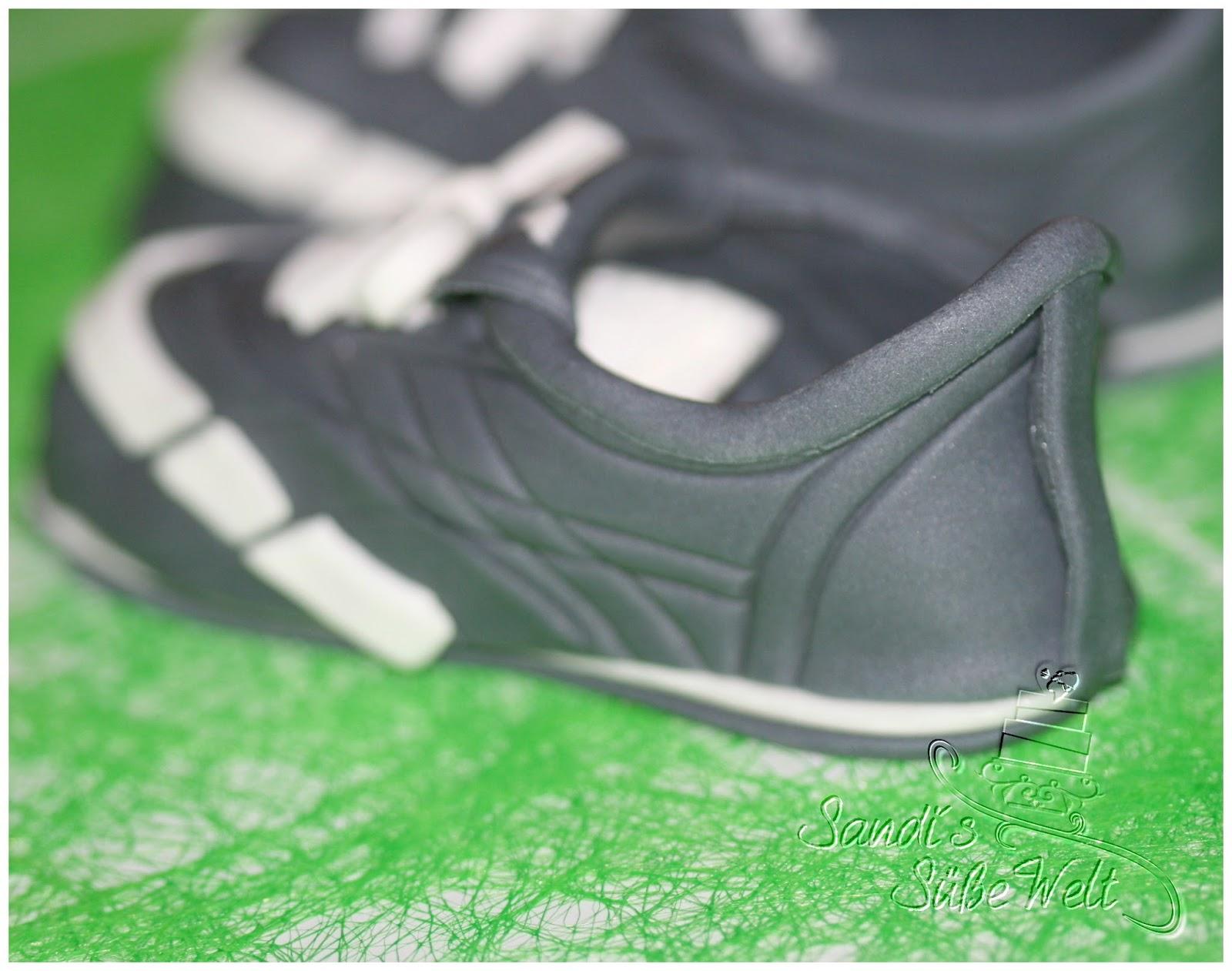 torte in form eines sneakers