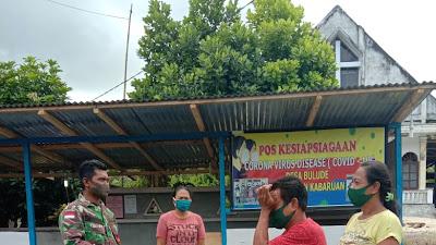 TNI BERSAMA TIM RELAWAN DESA BULUDE SIAGA DI POSKO COVID - 19