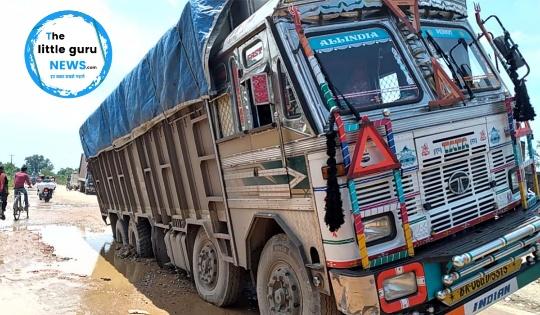 चावल लदा सोलह चक्का ट्रक फसने से रेलवे सड़क पर लगा जाम