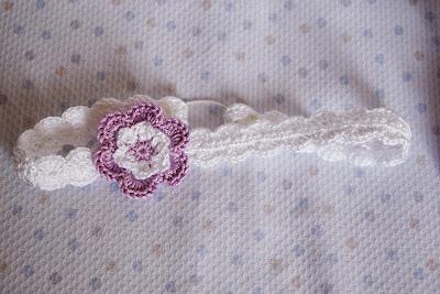 Diadema de ganchillo con flor para bebé