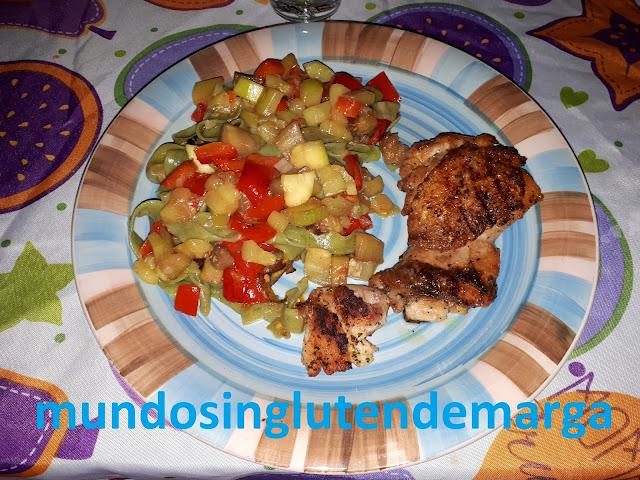 Verduras al vapor salteadas con pasta y pollo a la plancha