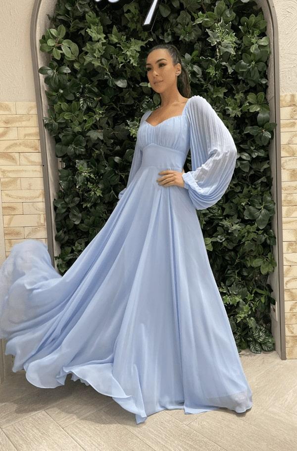 vestido longo azul serenity com mangas longas para madrinha de casamento