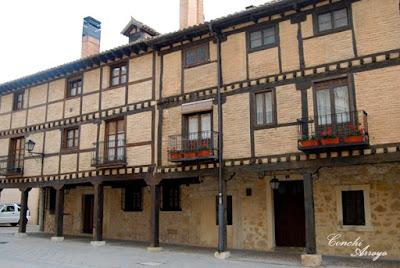 Casas de piedra, madera y soportales son las predominantes en la villa. De dos o tres alturas como mucho, las columnas en ocasiones son de madera en otras de piedra también.