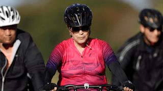 Em dia de votação do impeachment, Dilma pedala perto do Alvorada