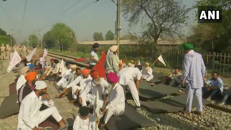 भारत बंद: दिल्ली की बॉर्डर सील, पंजाब-हरियाणा में रेल के पटरी पर बैठे किसान- ट्रैक्टर से रोका हाइवे